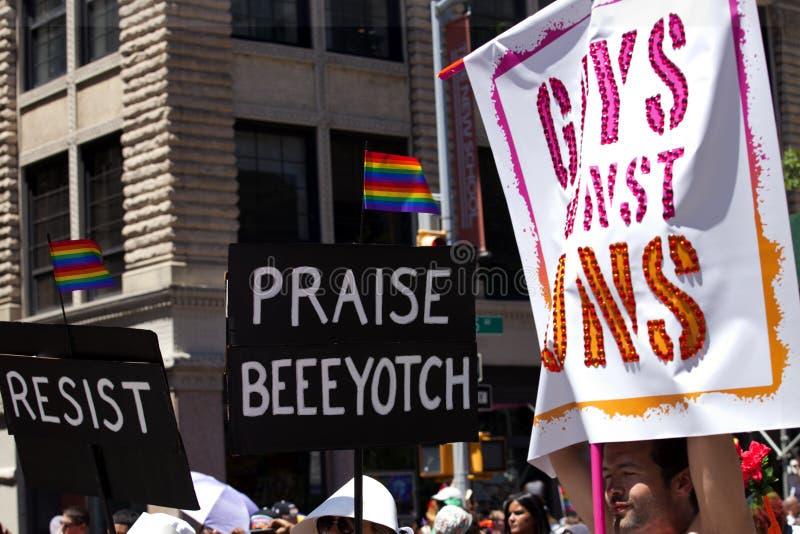 New York City Pride Parade - Homosexuelle gegen Gewehre lizenzfreies stockbild
