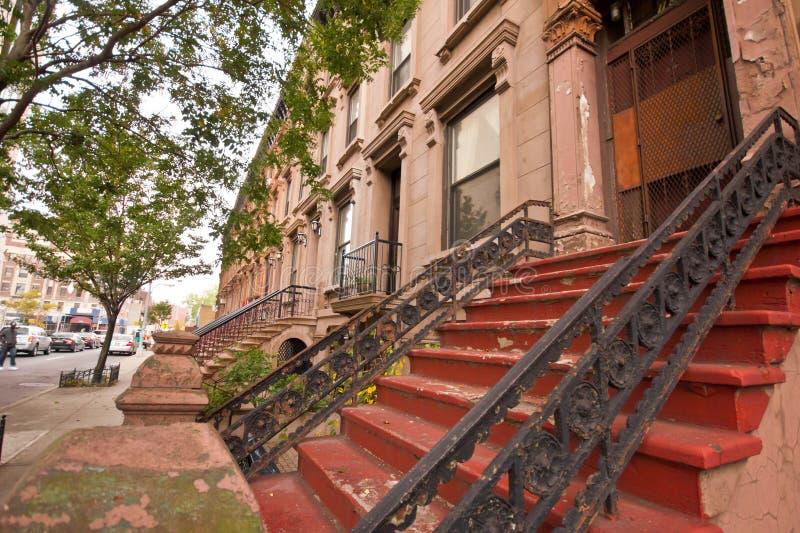 New York City rödbrun sandstenlägenheter arkivfoton
