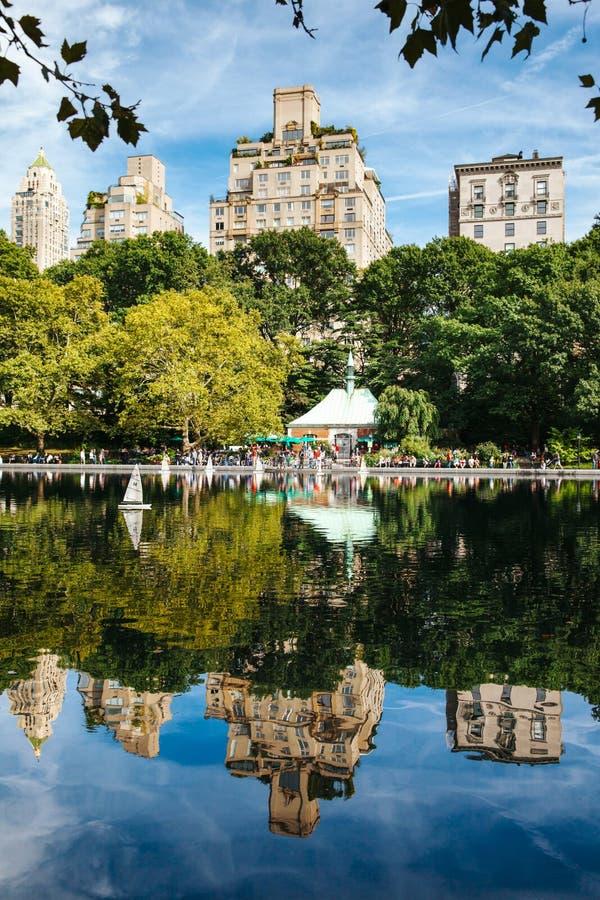 New York City reflexion i en sjö arkivfoto