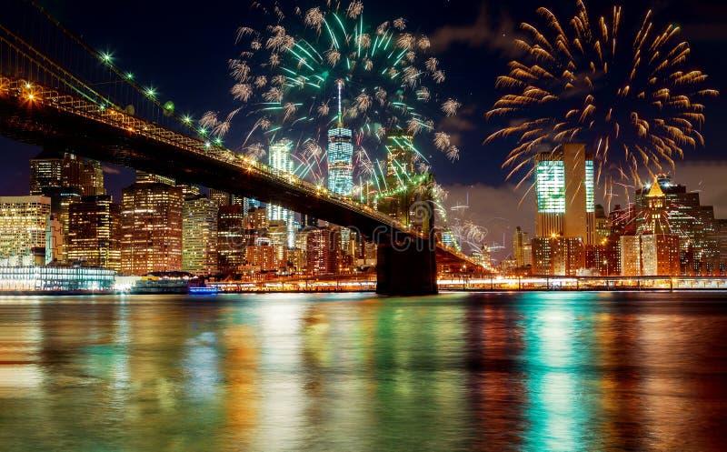 New York City ' s Brooklyn-Brücken- und Manhattan-Skyline belichteten überraschende Feuerwerke im Unabhängigkeitstag stockbild