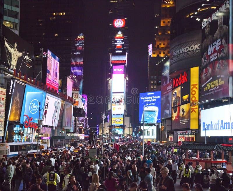 NEW YORK CITY - SEPT 28: Times Square, completo dos turistas imagens de stock royalty free