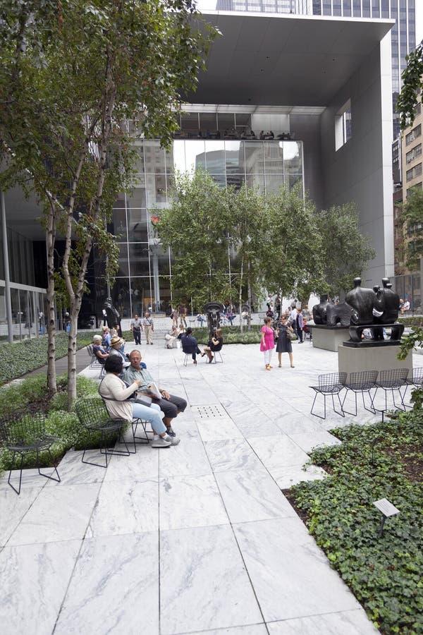 New York City 12 september 2015: folket sitter och går i sculptu royaltyfri bild