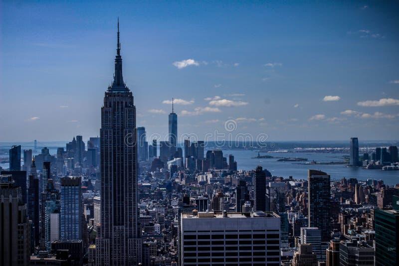 New York City - skyline azul, Empire State Building e World Trade Center de NYC Manhattan fotografia de stock