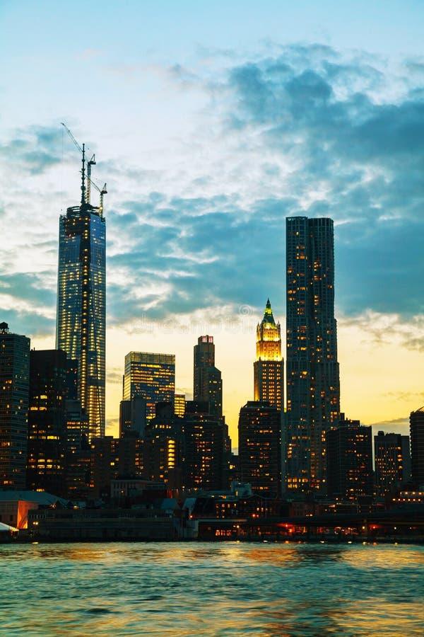 New York City skyskrapor i aftonen arkivbilder