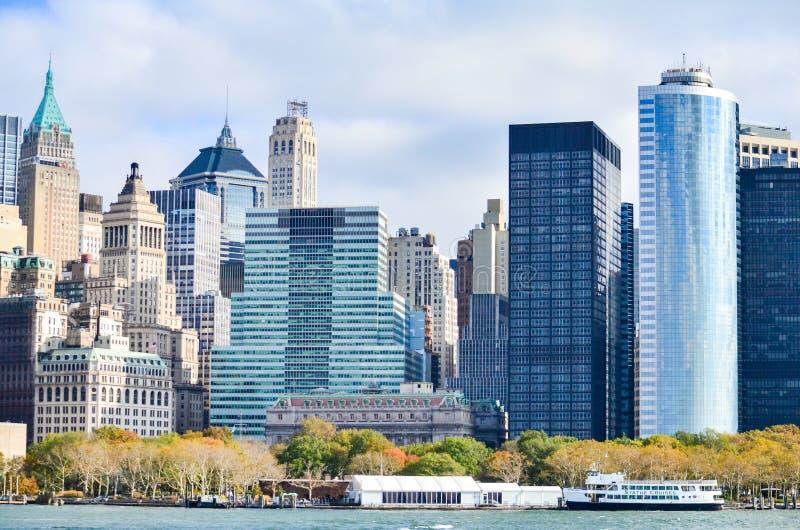 New York City sobre o Rio Hudson na manhã com céu azul e nebuloso imagens de stock