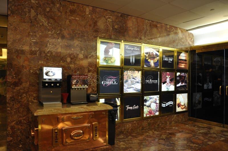 New York City 1st Juli: Inre lobby för trumftorn från Fifth Avenue i Manhattan från New York City i Förenta staterna royaltyfri fotografi