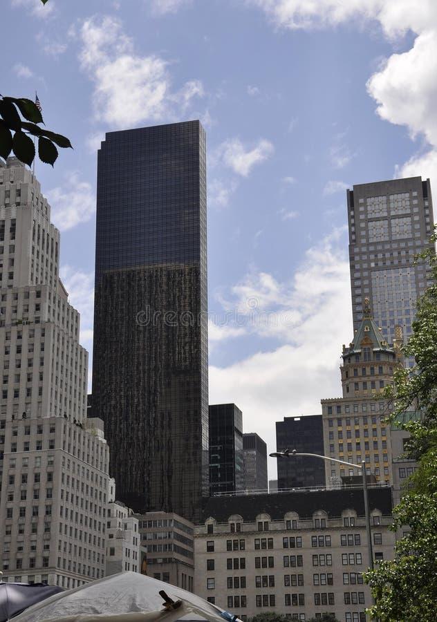 New York City 1st Juli: Paris teaterbyggnad från Fifth Avenue i Manhattan från New York City i Förenta staterna royaltyfri bild