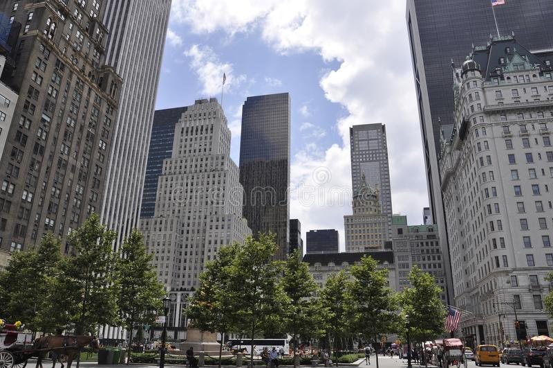 New York City 1st Juli: Plazahotellet i storslagen arméPlaza från midtownen Manhattan från New York City i Förenta staterna arkivfoton