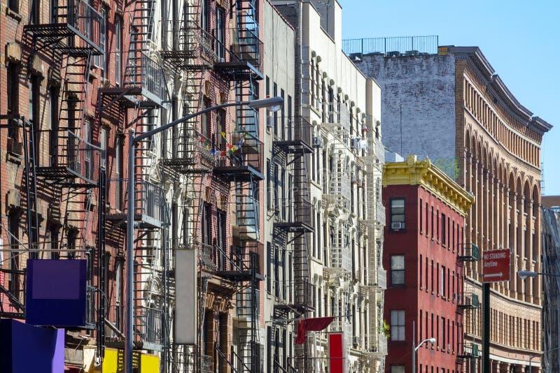 New York City stilhyreshusar längs den Mott gatan i arkivfoto