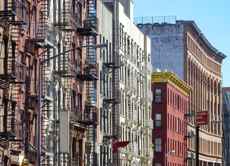 New York City stilhyreshusar längs den Mott gatan i royaltyfri bild