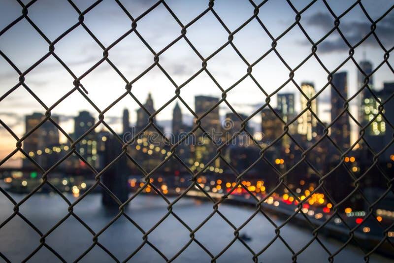 New York City tänder på nätterna till och med staketet arkivfoton