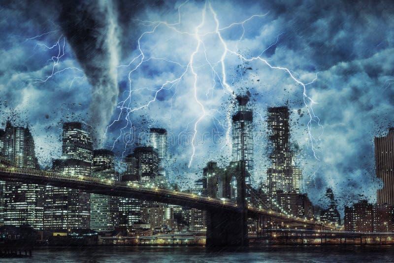 New York City und Brooklyn-Brücke während des schweren Sturms, des Regens und der Beleuchtung in New York stock abbildung
