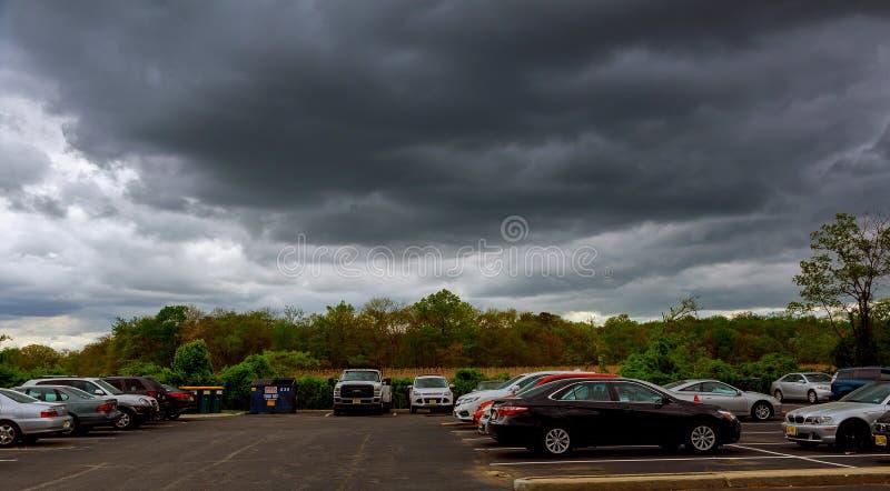 NEW YORK CITY, USA - 04, 2017 Himmel mit Gewitterwolken, Regenwolken lizenzfreies stockfoto