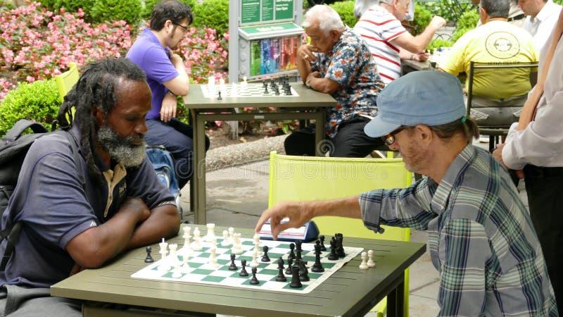 New York City, USA - jouer 28 juin 2016 des échecs est très populaire en Bryant Park à New York City images libres de droits