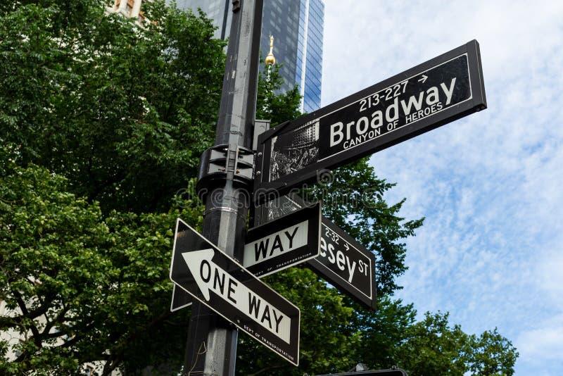 New York City/USA - JUNI 20 2018: Den Broadway gatan undertecknar in fet royaltyfri fotografi