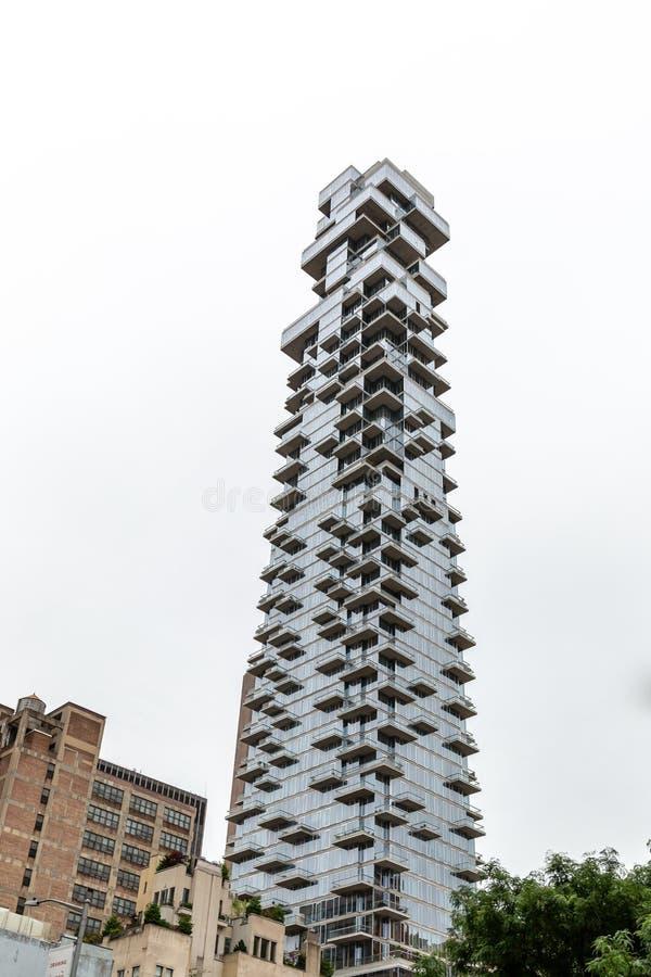 New York City/USA - JUNI 27 2018: Skyskrapa för 56 Leonard Street royaltyfri bild