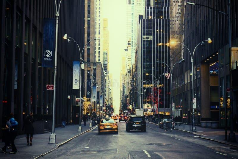 NEW YORK CITY USA - NOVEMBER, 2018: Körning för få bilar på Broadway i New York City fotografering för bildbyråer