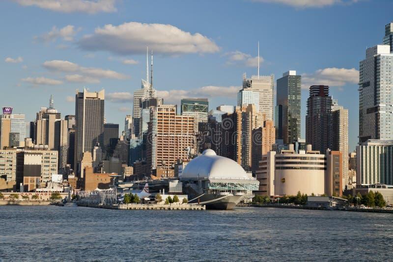 NEW YORK CITY USA - SEPTEMBER 24: New York Uptown och Intrepid fotografering för bildbyråer