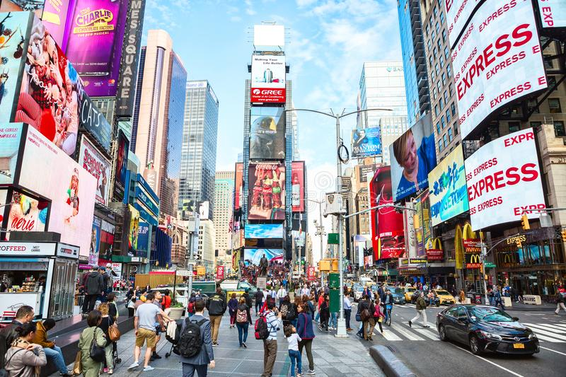 New York City, Vereinigte Staaten - 2. November 2017: Stadtleben im Times Square tagsüber stockbilder