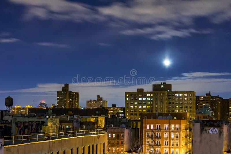 New- York Citydachspitzen-Skyline nachts stockfotos