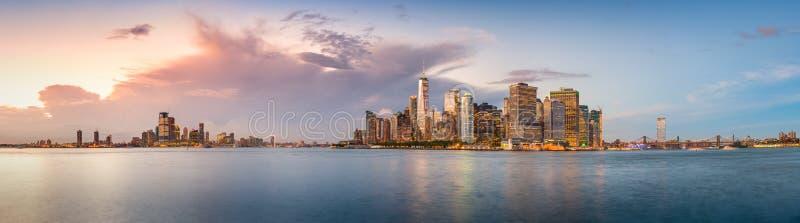 New- York Cityhafen an der Dämmerung stockfotos