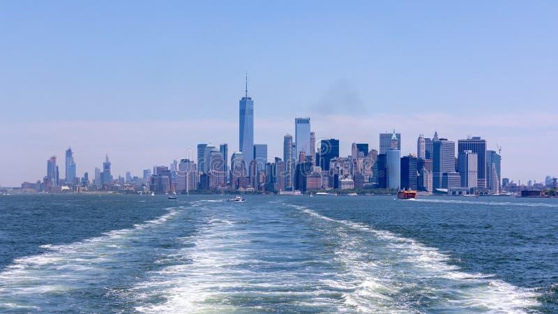 New- York Citylinie von einem NYC-Hafen Szenische Ansicht an den Wolkenkratzern eines Lower Manhattan lizenzfreies stockbild