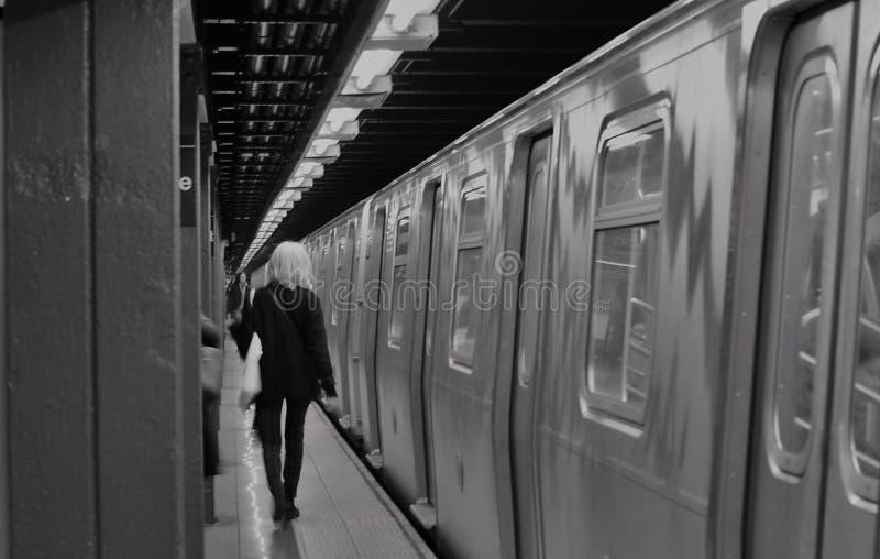 New- York Citymädchen-moderne modische Frau, die NYC-U-Bahnstations-Plattform austauscht stockbild