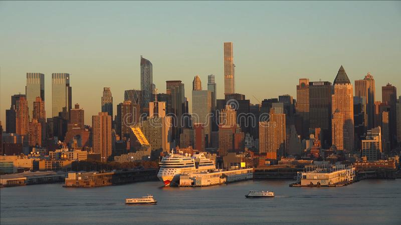 New- York Citypanorama mit Manhattan-Skylinen über Skylinen Hudson Rivers //New York City bei Sonnenuntergang 2019 stockbilder