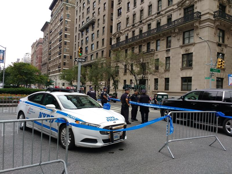 New- York Citypolizei blockiert, Französischer Nationalfeiertag auf 60. Straße, hohe Sicherheit, NYC, NY, USA stockbild