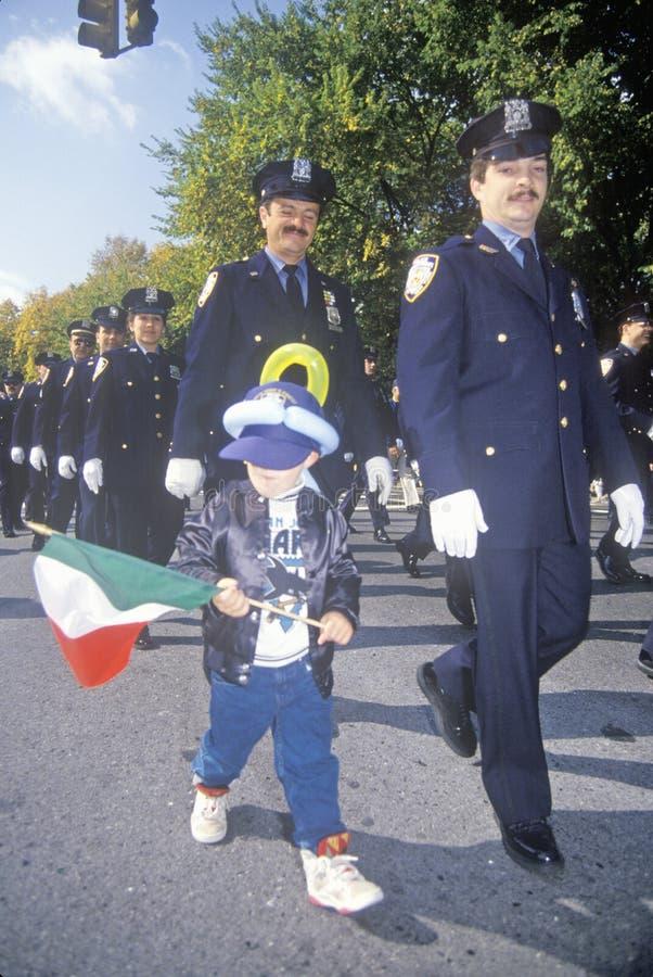 New- York Citypolizeibeamte mit Kind bei Columbus Day Parade, New York City, New York stockfoto