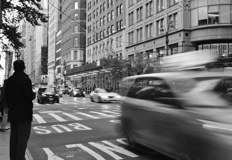New- York Cityschwarzweiss-Straßen handeln Autos Hauptverkehrszeit-Leute lizenzfreies stockfoto