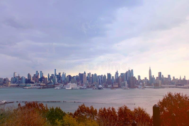 New- York Cityskyline-Ansicht Sonnenuntergang im Park lizenzfreies stockfoto