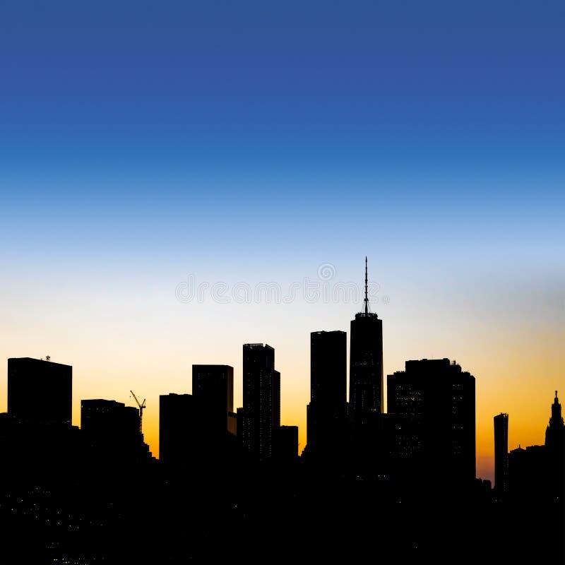 New- York Cityskylineschattenbild mit buntem leerem Himmel über den im Stadtzentrum gelegenen Manhattan-Gebäuden lizenzfreie stockfotografie