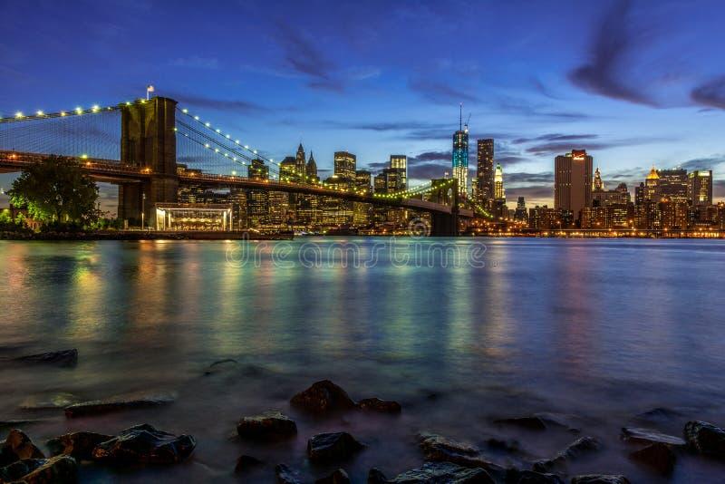 New- York Citysonnenuntergang-Landschaft mit Brooklyn-Brücke, USA stockfotos