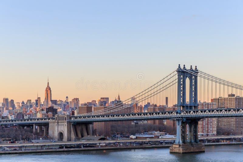 New- York Citysonnenuntergang mit Fokus auf Manhattan-Brücke lizenzfreie stockbilder