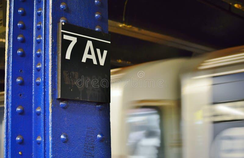 New- York Cityu-bahn-Zeichen-7. Allee MTA-Plattform-schnelle Durchfahrt stockbild