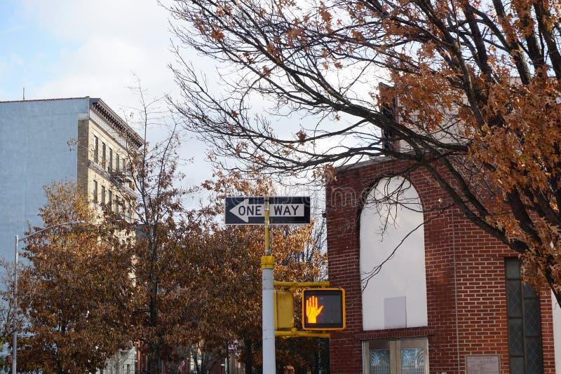 New- York CityVerkehrsschild eins Weise mit Verkehrsfußgängerlicht auf der Straße Städtisches Stadtlebensstilfoto stockbild