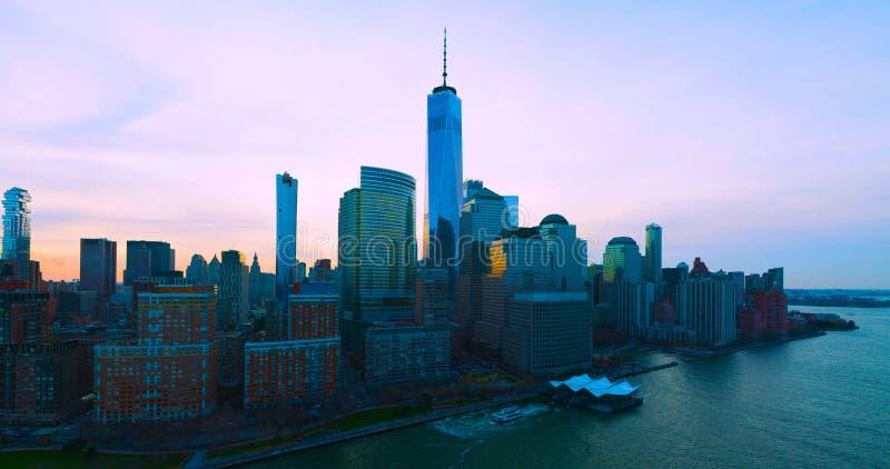 New York con i grattacieli al tramonto Orizzonte di panorama di New York ad alba Edificio per uffici di Manhattan 2019 fotografie stock libere da diritti