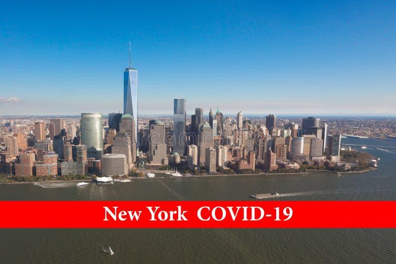New York Covid-19 på ett rödband mot bakgrund av New York skyskrapper i USA Concept Coronavirus finns i royaltyfri bild
