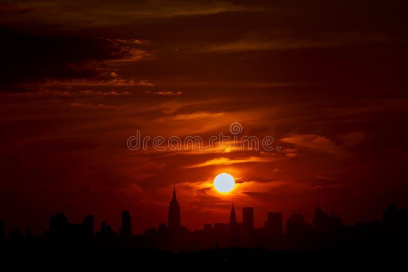 New York dans le coucher du soleil de soirée Fond bleu-clair panoramique et de perspective de vue du bâtiment ayant beaucoup d'ét images stock