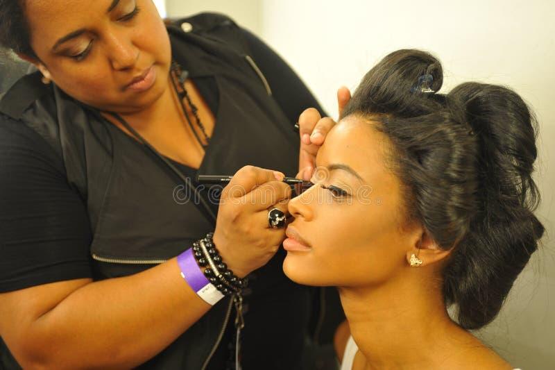 NEW YORK - 8 DE AGOSTO: Preparar-se modelo de bastidores em Top Model Latina 2014 fotos de stock