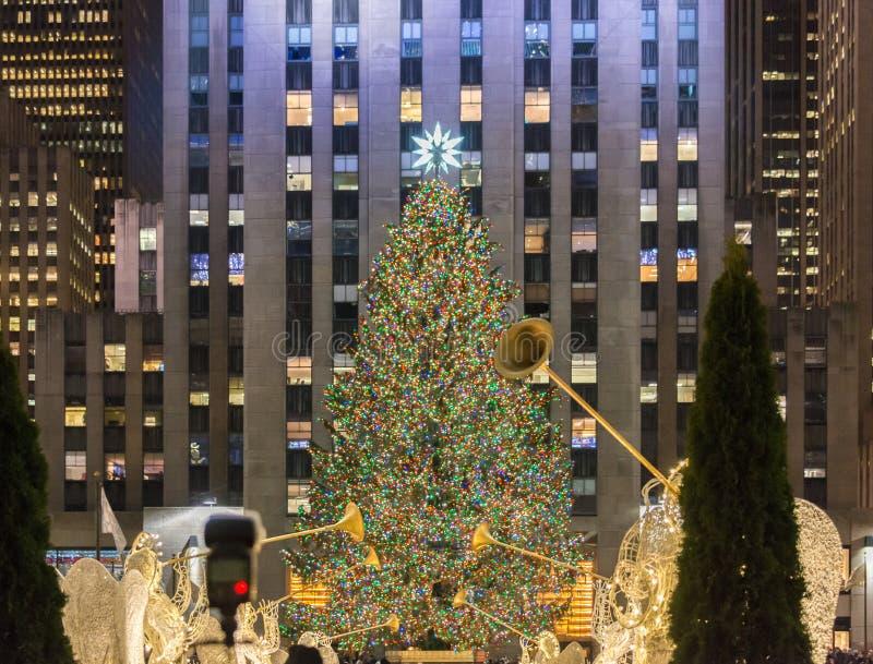 New York - 20 de dezembro de 2013: Árvore de Natal no centavo de Rockefeller fotografia de stock