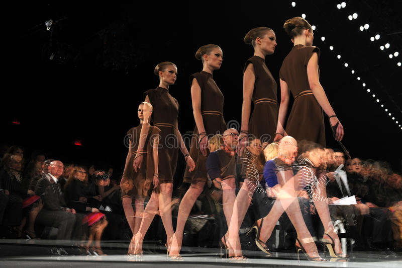 NEW YORK - 10 DE FEVEREIRO: Um modelo anda a pista de decolagem no desfile de moda de Ralph Rucci durante a queda 2013 fotos de stock royalty free