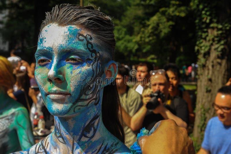 NEW YORK - 26 DE JULHO: Os modelos de Nude, artistas tomam às ruas de New York City durante o primeiro evento oficial da pintura  fotos de stock royalty free