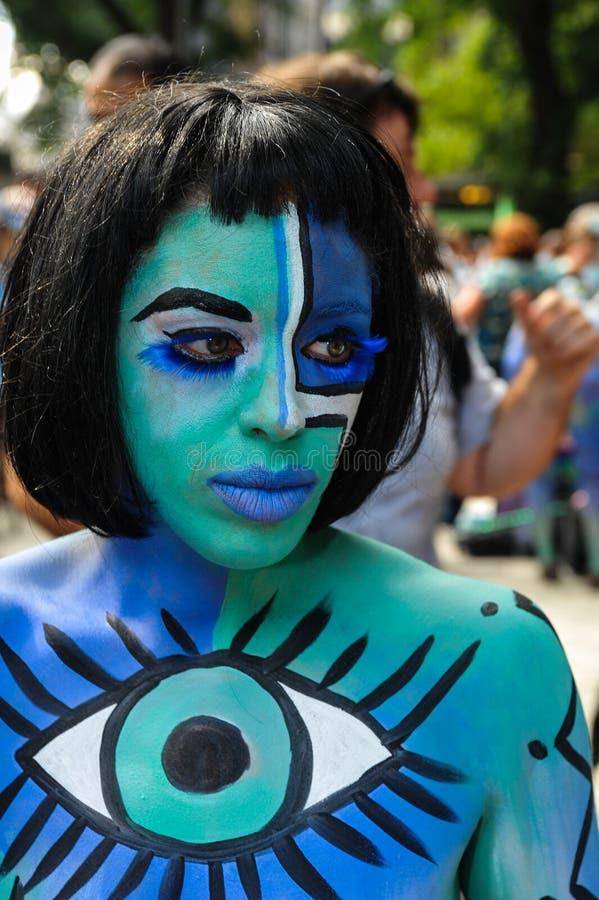NEW YORK - 26 DE JULHO: Os modelos de Nude, artistas tomam às ruas de New York City durante o primeiro evento oficial da pintura  fotografia de stock royalty free