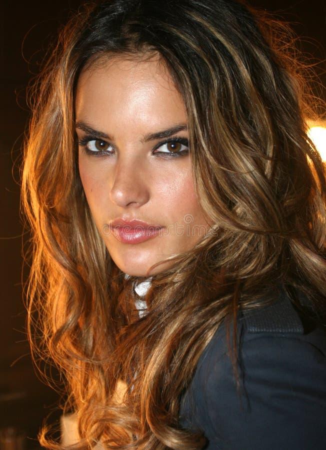 NEW YORK - 9 DE SETEMBRO: Alessandra Ambrosio modelo levanta de bastidores imagem de stock