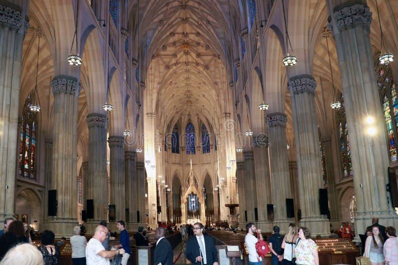 NEW YORK, de V.S. - 28 Augustus, 2018: Binnenland van St Patrick Kathedraal, beroemd neogotisch Roman Catholic Cathedral in de St royalty-vrije stock fotografie