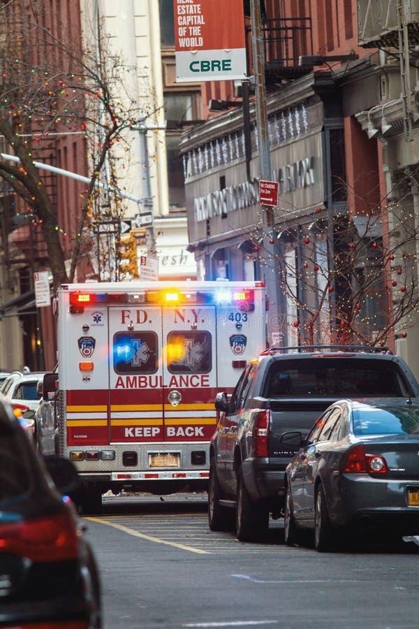 NEW YORK, DE V.S. - DECEMBER, 2017: FDNY-ziekenwagen - noodsituatiewagen in Manhattan royalty-vrije stock afbeeldingen