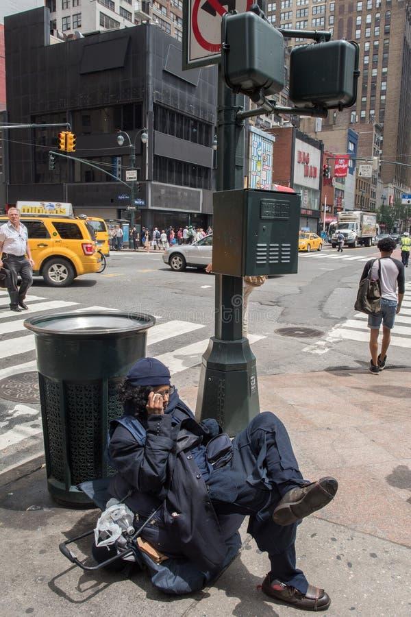 NEW YORK, de V.S. - 15 JUNI, 2015 - Daklozen in stadsstraat royalty-vrije stock fotografie