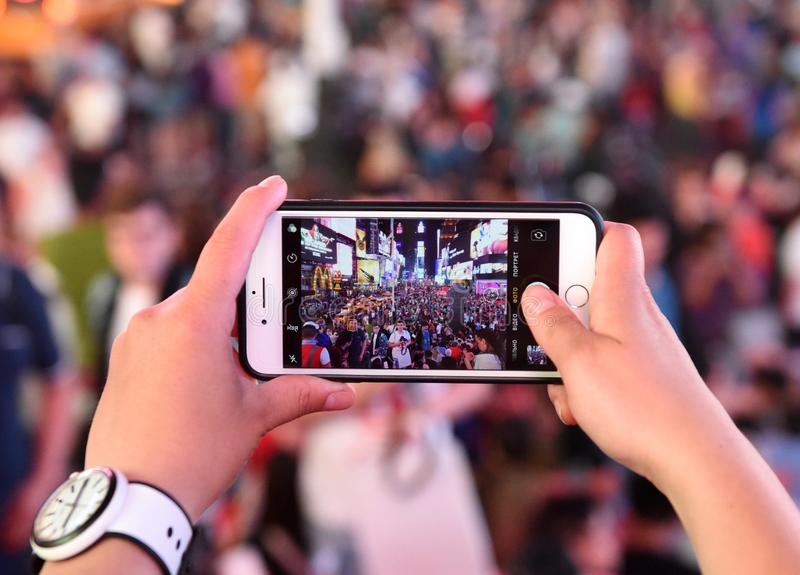 New York, de V.S. - 10 Juni, 2018: Een vrouw maakt een foto op zijn iPho stock afbeeldingen